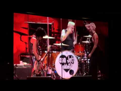 Joan Jett and Miley Cyrus - Crimson and Clover/I Hate Myself For Loving You (Live) - 5/2/2015