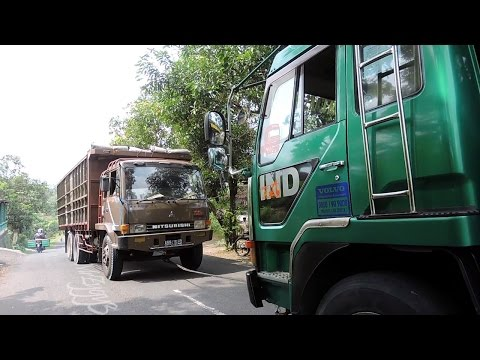 Fuso Self Loader Helping Other Truck | Fuso Tidak Kuat Nanjak