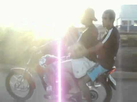 Caidas - Tres en una moto se caen al hacer caballito