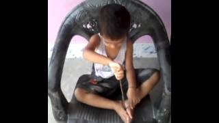 pedel mari mari sing by a kid