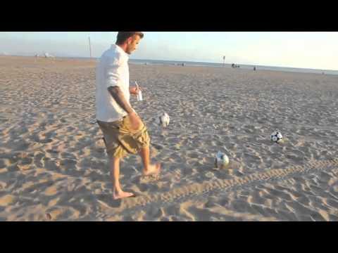 Incredibile show di David Beckham sulla spiaggia che centra 3 canestri – aprile 2011