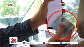 Lái xe taxi làm ảo thuật đánh tráo tiền của khách - Tin Tức VTV24