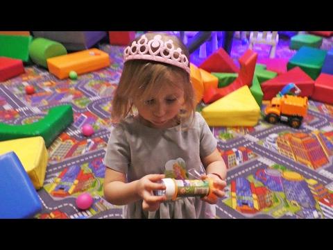 Sonja prvi put jede COKOLADU! Barbi pokloni, Predstava u VRTICU i Restoran sa igraonicom Family VLOG