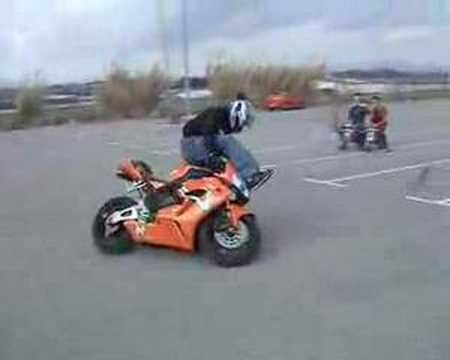 Acrobatii pe motor