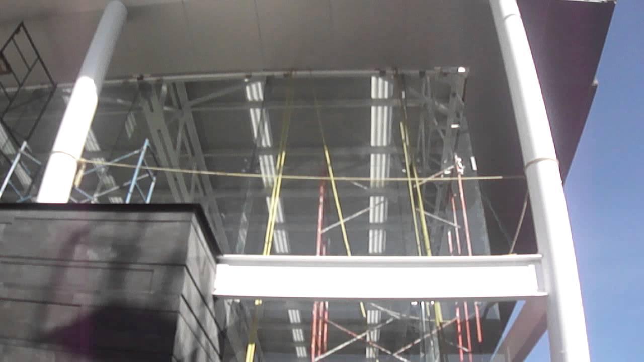Fachada de cristal templado a base de ara as y paneles de - Fachada de cristal ...