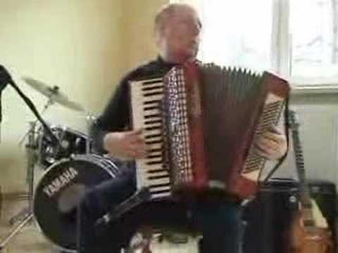 Witold Krukowski gra na akordeonie walc Reine du mesette