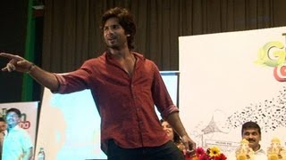 Shahid Kapoor's Live Performance On Tu Mere Agal Bagal Hai   CHECK OUT