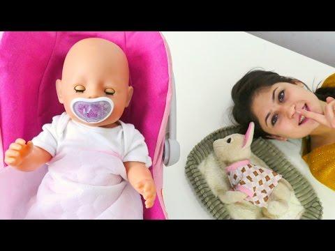 Ayşe Gül ve Loli'nin karnını doyurup uyutuyor.Oyuncak bebek bakımı. Kız oyunları ve oyuncakları