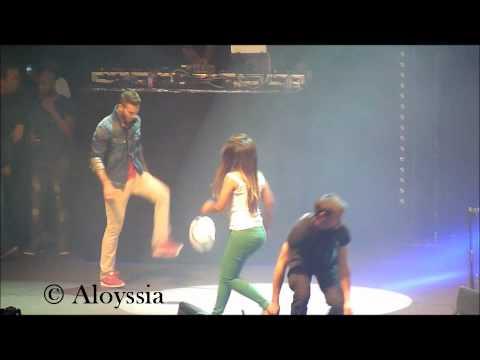 """Séance de foot improvisé avec Matt Pokora et Amel Bent lors du concert associatif """"Une Nuit A Makala"""" créé par Rio Mavuba , le 26 Mars 2012 au Zenith de Lille."""