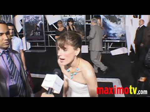 AMANDA PEET Arriving at '2012' Premiere November 3, 2009