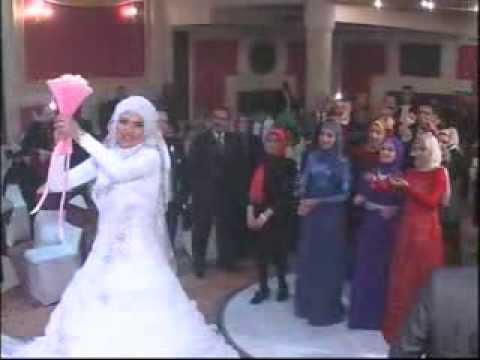 إلقاء العروس باقة الزهور لأصدقائها..