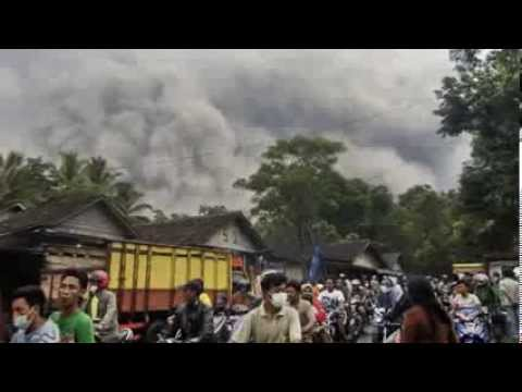 CENTRAL INDONESIA'S MOUNT ROKATENDA VOLCANO ERUPTS VIOLENTLY SATURDAY LEAVING 5 DEAD (AUG 10, 2013)