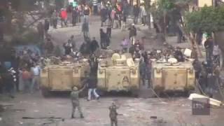 Egyptian army stands between protestors and police