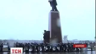 Спроба повалити пам'ятник Леніну у Запоріжжі провалилася - : 1:23
