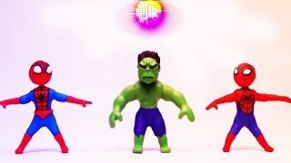 蜘蛛侠,绿巨人和闪电麦昆正在欢乐的跳着迪斯科舞蹈!