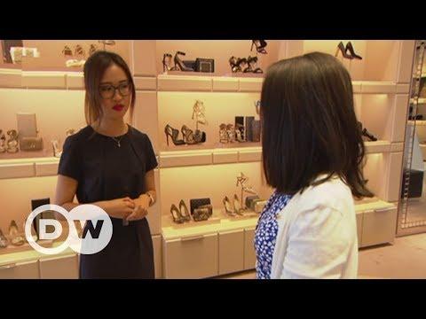 Touristen aus China auf Shoppingtour | DW Deutsch