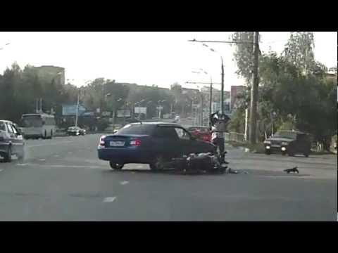 Мотоциклист перелетел через авто