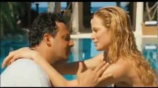 Camilla Sjoberg e Enrico Brignano -- Tanga sexy piscina da