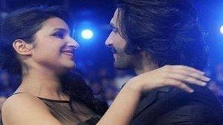 Ranveer Singh & Parineeti Chopra's HOT KISS in Kill Dil (NEWS)