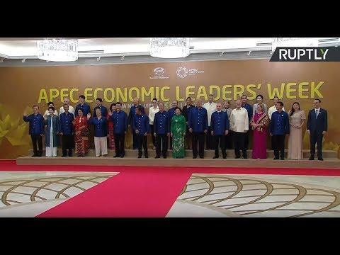 Путин принимает участие в церемонии фотографирования глав государств на саммите АТЭС