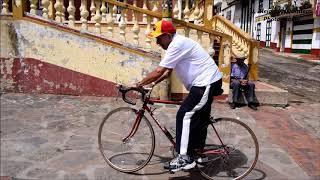 """Roberto """"Pajarito"""" Buitrago vuelve y se sube a su bicicleta."""