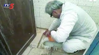 చేతులతో టాయిలెట్ క్లీన్ చేసిన బీజేపీ ఎంపీ..! | BJP MP Cleaning School Toilet