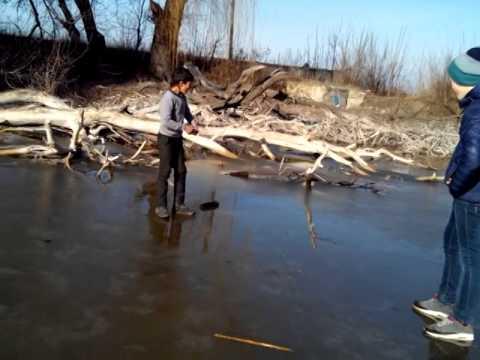 Пацан провалился под лед