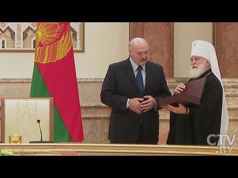 Лукашенко дарит Патриарху Кириллу икону с белорусскими святыми
