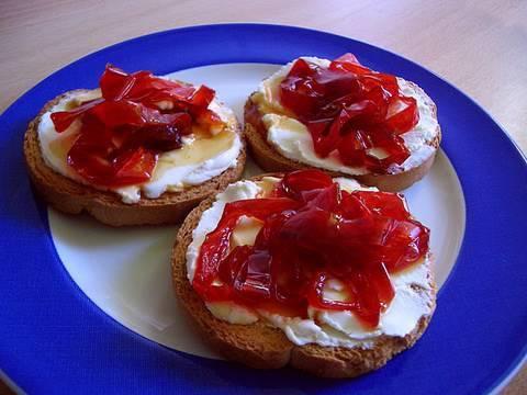 Canapés de queso con pimientos caramelizados