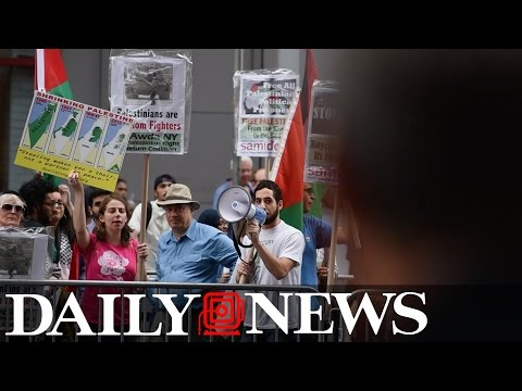 Pro-Palestine activists face Pro-Israel protesters in Times Square
