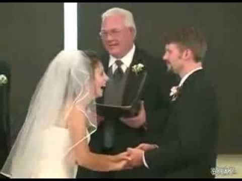 ATAQUE DE RISA - Novia no para de reir durante los  votos matrimoniales