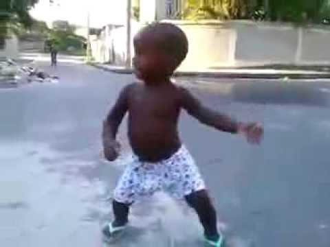 رقص طفل بموت من الضحك thumbnail