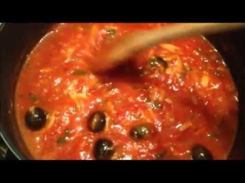Паста с томатным соусом и маслинами.