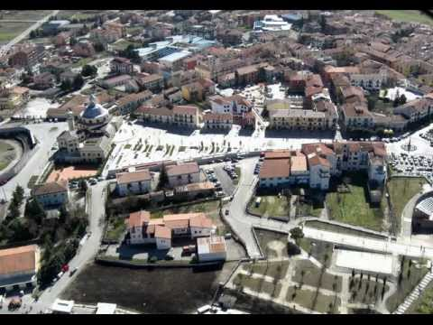 Lioni è un comune italiano di 6.420 abitanti della provincia di Avellino in Campania e nei giorni festivi e nel fine settimana arriva anche a 10.000 abitanti.Territorio :Il paese si estende...