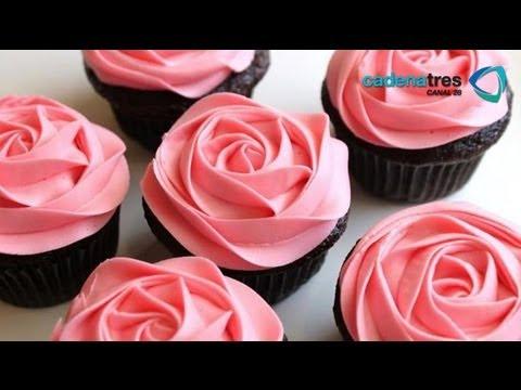 Receta de cupcakes con betún de queso crema al limón y flores. Desserts recipe / Día de las madres