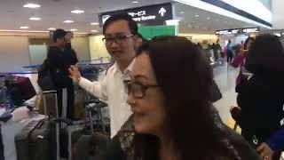 Nghệ sĩ Thanh Hằng, Hoài Linh, Thoại Mỹ, Phi Nhung tại sân bay Nhật Bản được khán giả hâm mộ bao vây