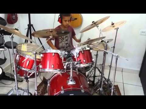 Menino de 9 anos tocando bateria - Galileu