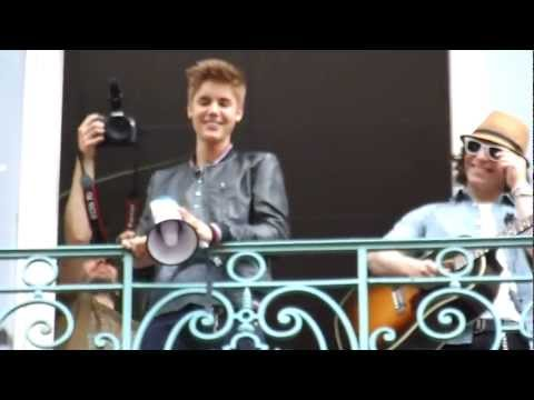 Justin Bieber singing Boyfriend at the balcony - Paris 1er juin 2012
