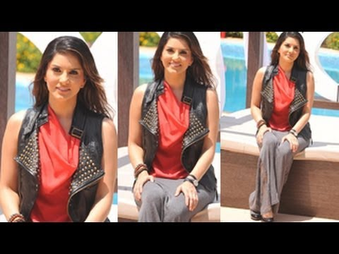 Hot Sunny Leone In Simple Look! video