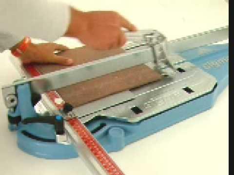 Taglio di piastrelle in gres porcellanato RUGOSO 12mm a 90° con tagliapiastrelle sigma art. 3BK.