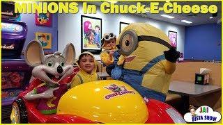 THE MINION FAMILY in CHUCK-E-CHEESE | CHUCK E CHEESE Family Fun Indoor Activities for Kids