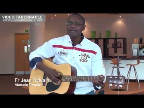 Fr Jean Sylvain Akouala à la guitare sèche, 23/04/2014 - Milton Keynes, UK