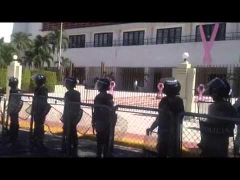 Comunicador se crucifica frente al congreso nacional-pide J