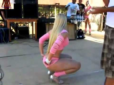 Blond Girl dancing funk with MC Créu