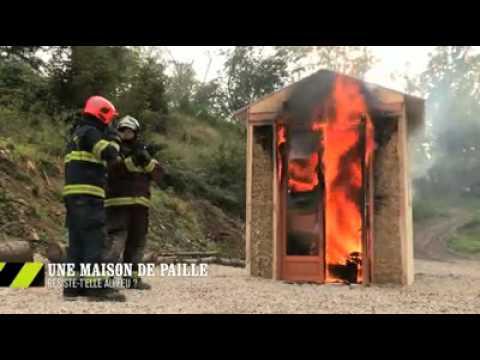 Maison isol e en paille r sistance au feu youtube for Autoconstruction maison en paille