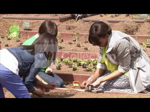 DC:FIRST LADY AND STUDENTS PLANT WH GARDEN (CUTE!)