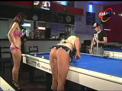 Ivette Hernández con 2 modelos checas que quieren aprender a jugar billar