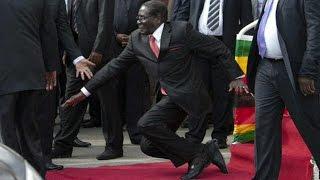 بالفيديو: رئيس زيمبابوي يسقط أرضا!