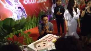 """Hoài Lâm bị """"mom"""" trét bánh kem  - cắt bánh sinh nhật"""
