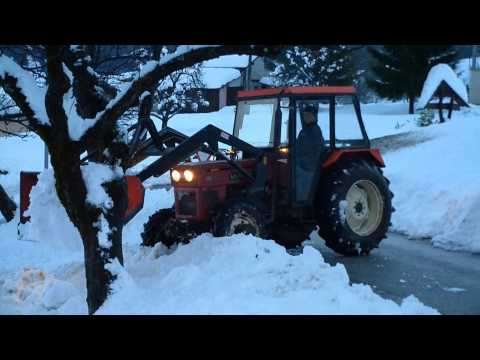 Cleaning snow with Universal 640 and front loader